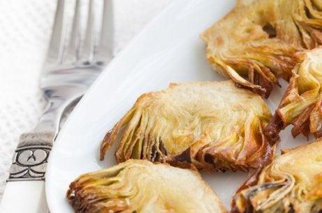 smażone karczochy na talerzu - dania z karczocha