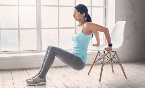 kobieta robiące pompki na triceps z krzesłem - masa mięśniowa