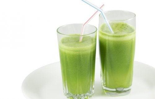 Dwa zielone koktajle w szklankach ze słomkami