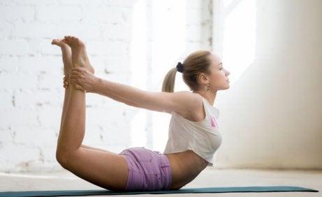 joga kręgosłupa - kobieta robiąca łuk