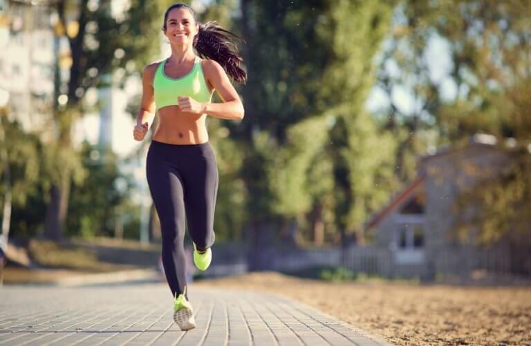 Czas biegu - kobieta trenująca jogging