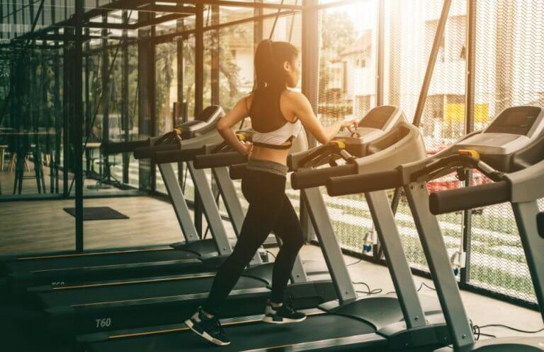 bieżnia , sprzęt do ćwiczeń - kobieta robiąca ćwiczenia sercowo naczyniowe