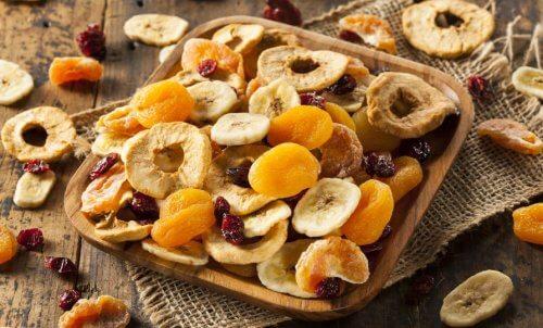 Suszone owoce na drewnianej misce - tuczące pokarmy