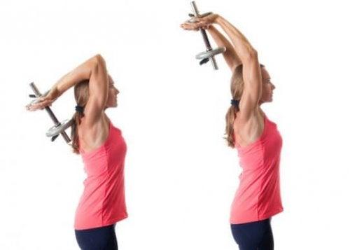 biceps i triceps - kobieta ćwicząca triceps