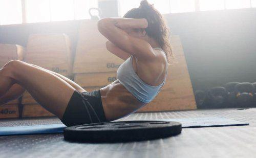 kobieta robi brzuszki - ćwiczenia na brzuch