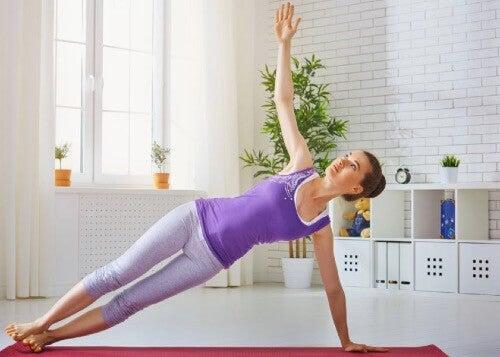 Domowy trening - ćwiczenia z ciężarem własnego ciała