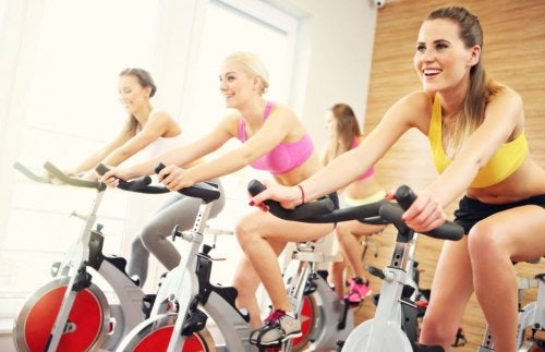 Dziewczyny ćwiczą spinning