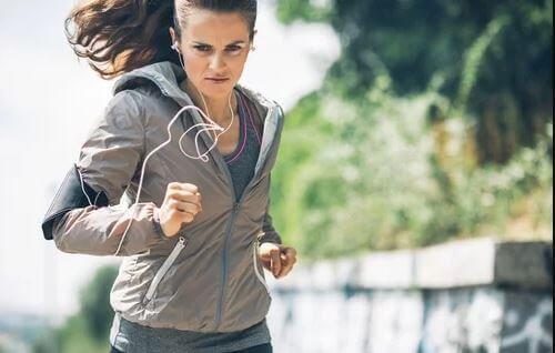 Kobieta biegnąca na zewnątrz
