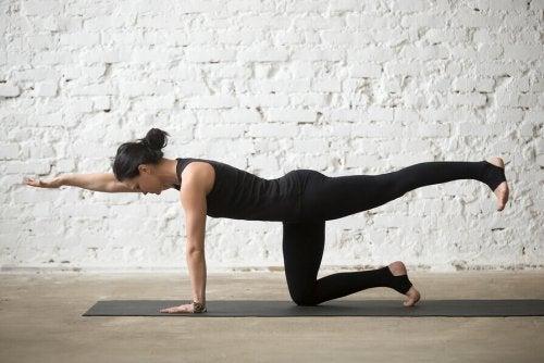 Kobieta ćwiczy bird dog na mocny korpus