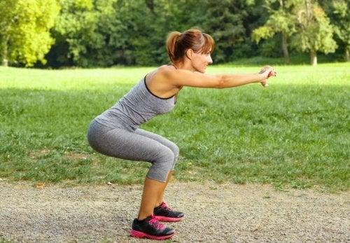 Kobieta ćwiczy przysiady