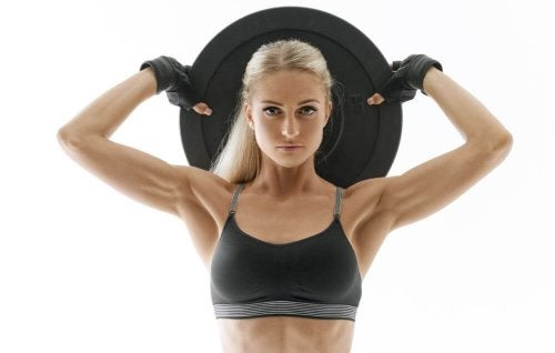 Kobieta ćwiczy z dyskiem na przyrost mięśni