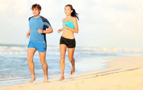 cotygodniowe zawody - Kobieta i mężczyzna biegnący po plaży