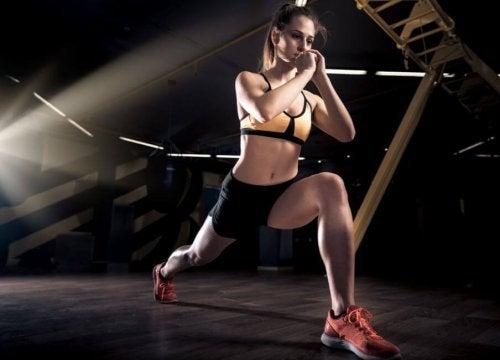 Kobieta robiąca wykroki w siłowni