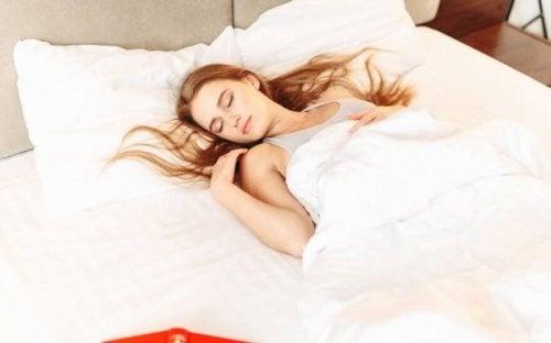 Kobieta śpi - przyrost mięśni