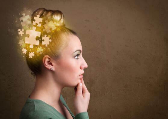 Kobieta z puzzlami na głowie
