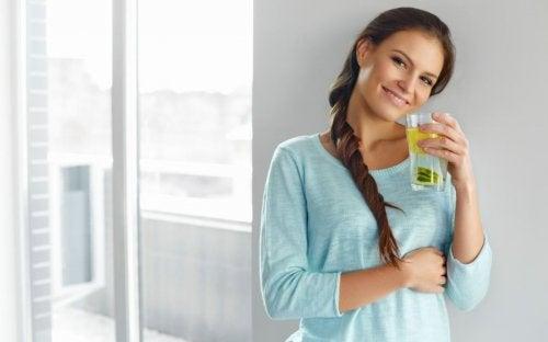 Kobieta ze szklanką lemoniady