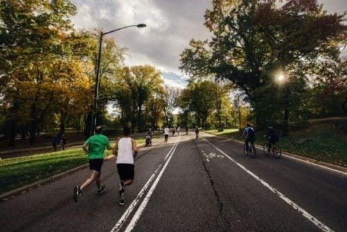 Ludzie biegający na zewnątrz po ulicy
