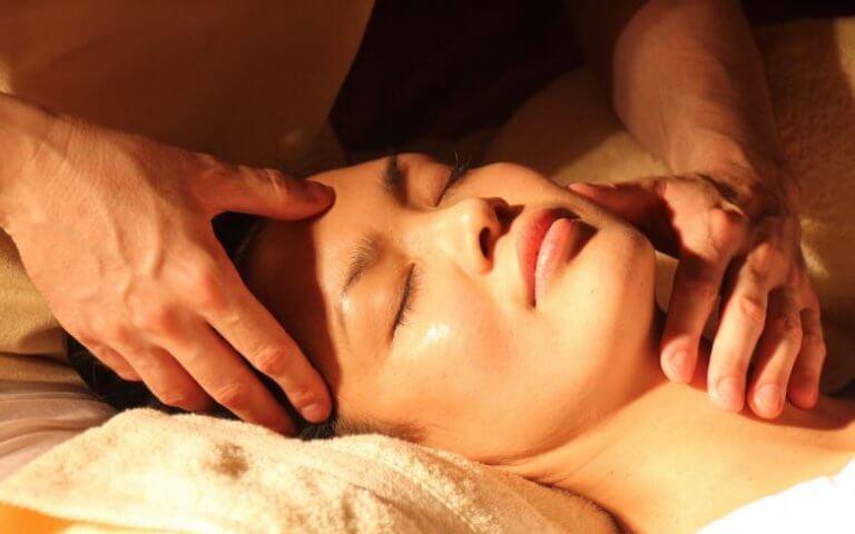 Mężczyzna masujący głowę kobiecie - sposoby na ból głowy