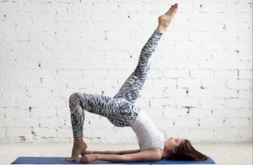 Podnoszenia bioder: cztery rodzaje ćwiczeń
