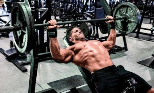 Ćwiczenia klatki piersiowej, które warto włączyć do treningu
