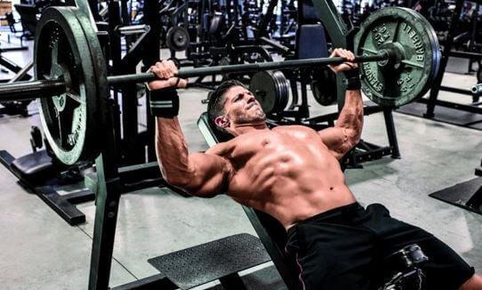 trening mięśniowy, klatka - widoczna definicja mięśni