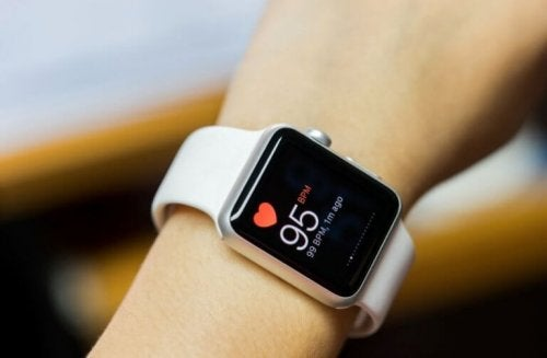 Zegarek sportowy na nadgarstku pokazujący tętno do kardio o umiarkowanej intensywności