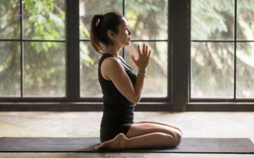 typy jogi - medytująca dziewczyna