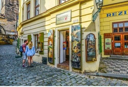 Kobieta i mężczyzna zwiedzający miasto - jak zachować formę podróżując
