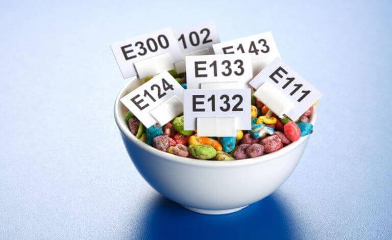 Miska z płatkami śniadaniowymi i nazwami dodatków do żywności