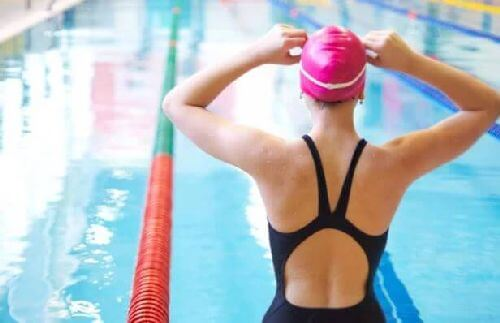 dziewczyna na basenie - zawody pływackie