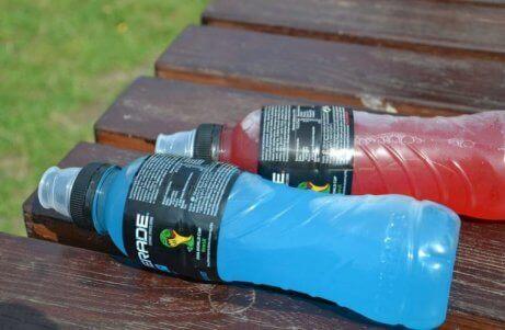 napoje izotoniczne leżące na trawie