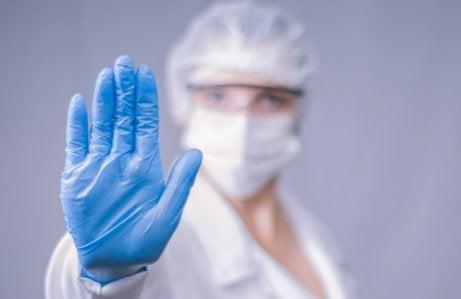 naukowiec wyciągający rękę w geście stop