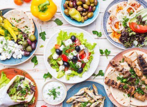 Stół zastawiony greckim jedzeniem - kraje ze zdrowymi dietami