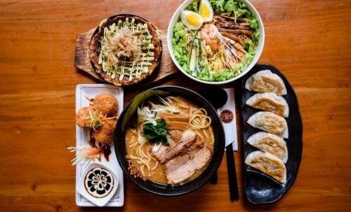 Stół zastawiony japońskimi potrawami
