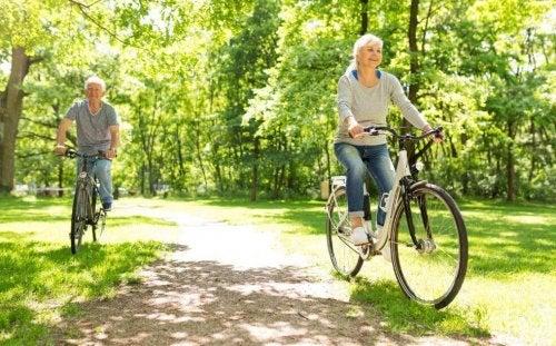 sporty ogólnorozwojowe - para starszych osób na rowerach