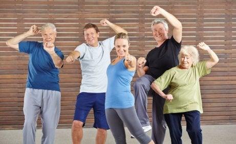 aktywne starzenie się - grupa seniorów z trenerami