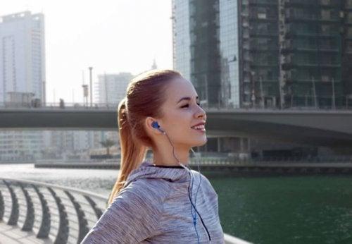 Dziewczyna ze słuchawkami w uszach