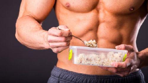 mężczyzna jedzący posiłek i pokrywający swoje dzienne zapotrzebowanie energetyczne