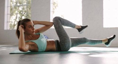 Brzuch jak ze stali – program treningowy