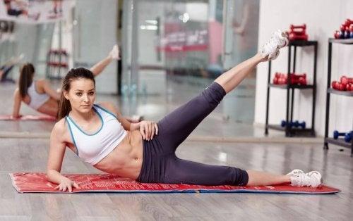 Kobieta ćwiczy mięśnie skośne brzucha