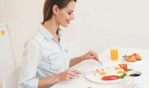 kobieta-jedzaca-jajka-sadzone - wzdęcia