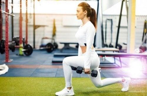 Kobieta robi wykroki na mocne nogi