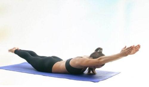 Kobieta unosi ramiona i nogi