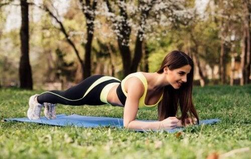 Kobieta w pozycji deski - ćwiczenie na mięśnie skośne brzucha