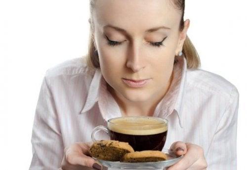 Kobieta z kawą i ciastkiem
