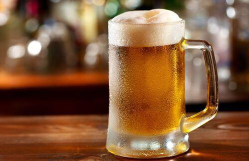 Kufel piwa na stole - czy piwo nawadnia?
