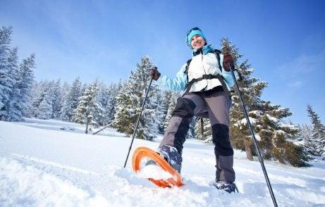 mężczyzna trenujący snowshoeing