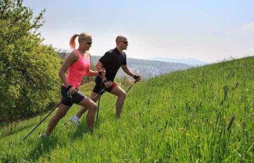 para z kijkami trekkingowymi nie narzeka na nudny trening