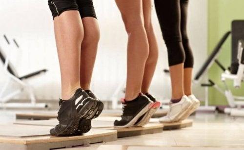 unoszenie pięt - ćwiczenia na mocne nogi