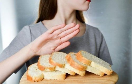 kobieta eliminuje chleb z diety - lista produktów